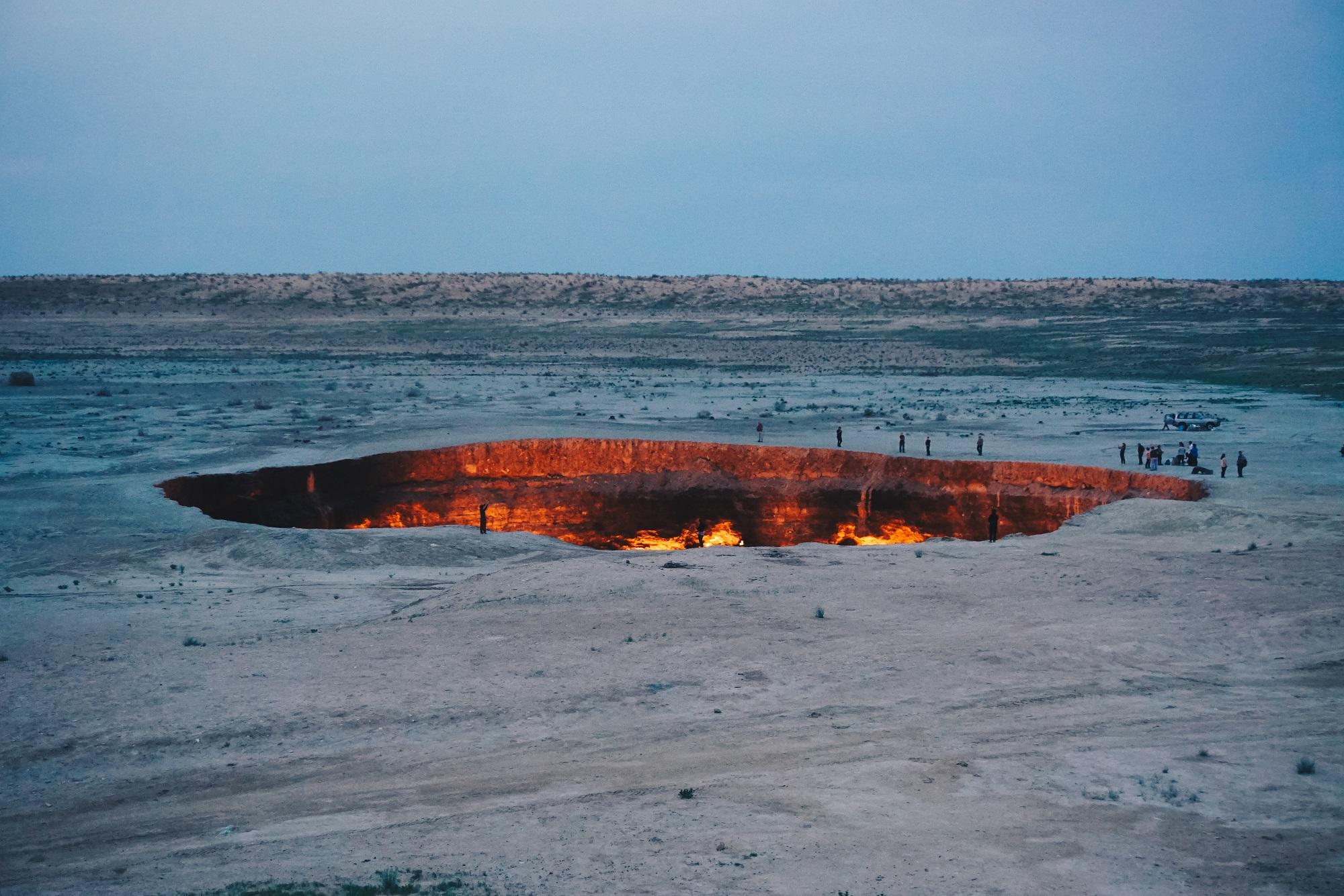 Auch am Tag ein Hingucker – der Krater von Derweze