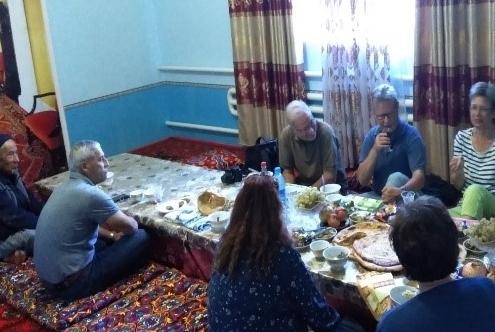 Die Reisegruppe bei uns im Wohnzimmer im Dorf Nukus Ovul. Unser Fahrer Baxtiyor Aka links und daneben mein Großvater