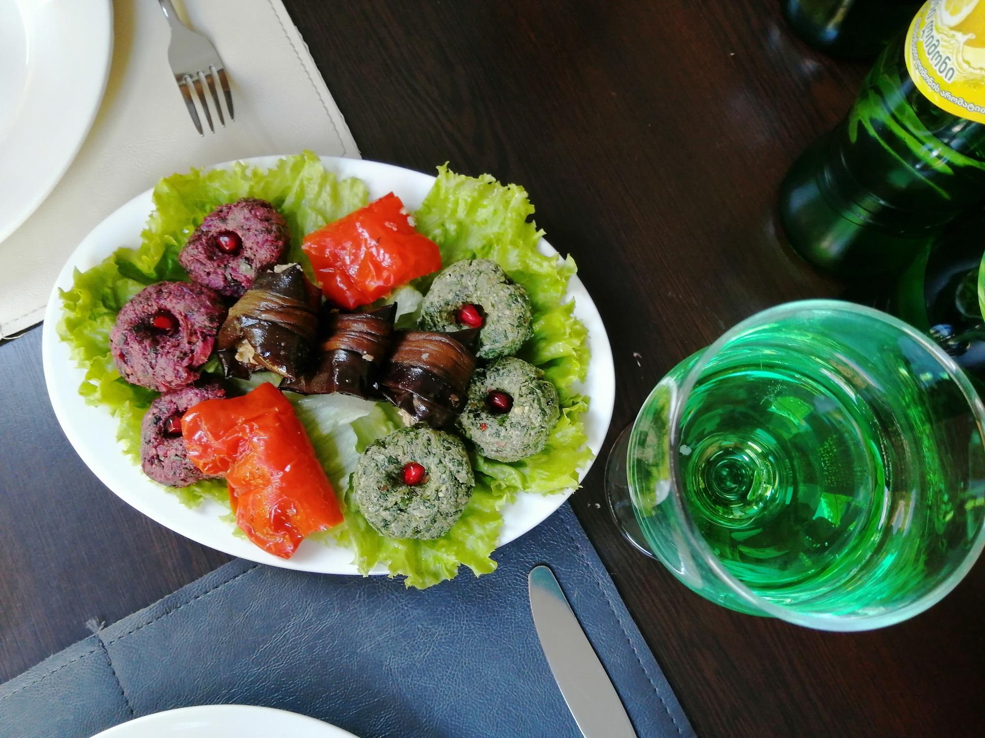 Badridschani umringt von Pchali und Paprika mit Bazha-Sauce