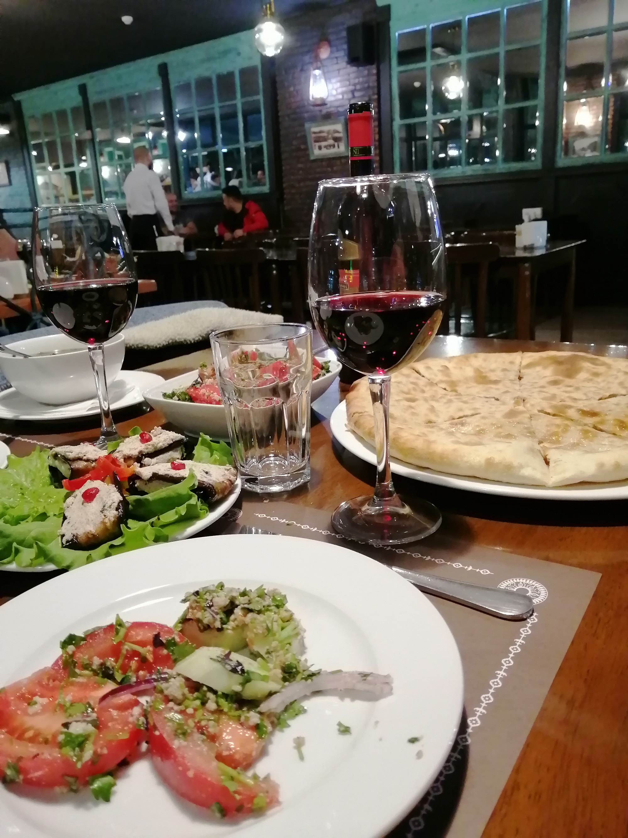 Lobiani, Badridschani, Salat und Kindzmarauli-Wein