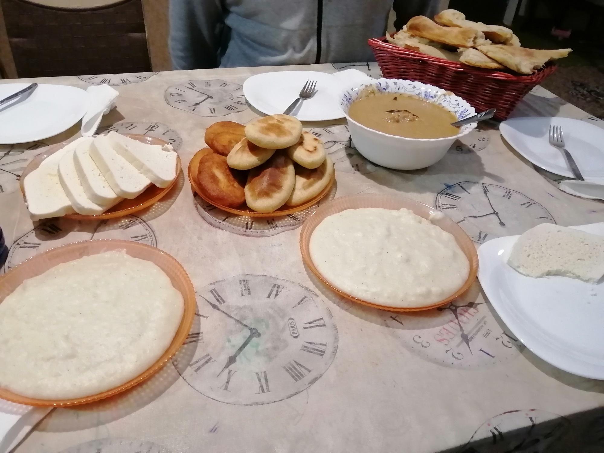 Mschadi (Maisbrot), Ghomi (Maisbrei) und Sulguni-Käse